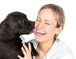Femeia fiind lins sau sărutată de câine